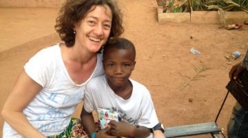 Alessia, abbracciata dalle maniche lunghe del Burkina Faso
