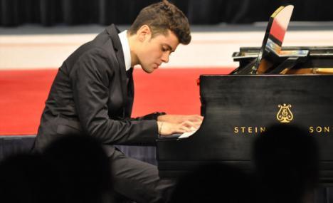 Alessandro Martire al piano per un concerto in Bocconi